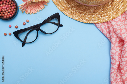 Stampa su Tela  Woman accessories, clothes and cosmetics on blue background, flat lay