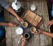 Junge Frauen beim Kaffee Aufnahme von oben - Kaffeekultur