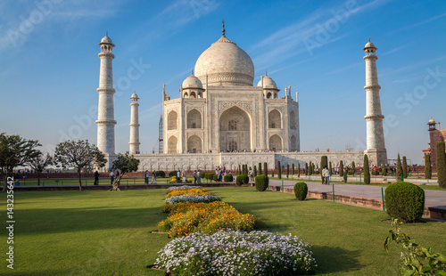 Poster Artistique Historic Taj Mahal with a clear blue sky - A UNESCO World heritage site.