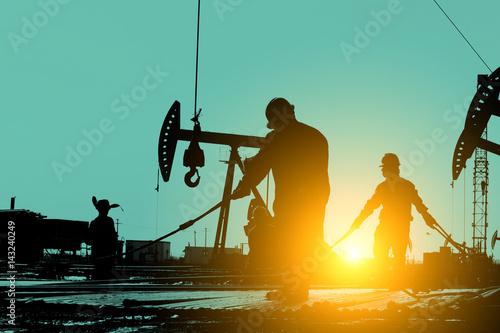 In de dag Schip The oil workers at work