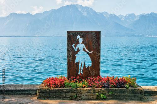 Cuadros en Lienzo Figure of woman at Geneva Lake in Montreux