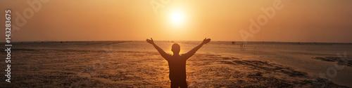 Fotografía  Man Thanksgiving Sea in front of him