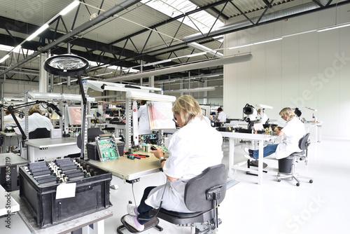 Valokuvatapetti Frauen bei der Montage von elektronischen Bauteilen in einer Fabrik für Microele