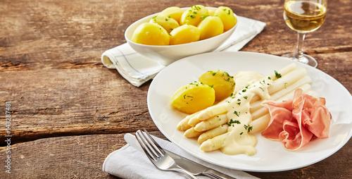 Talerz szynki z białymi szparagami