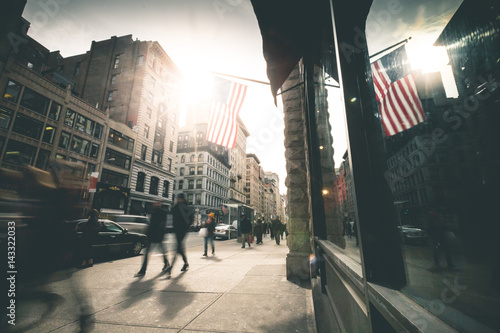 Fototapeta People walking 5th Avenue - New York obraz