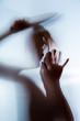 canvas print picture - der Schatten einer Frau mit einem Messer ist im Gegenlicht zu sehen