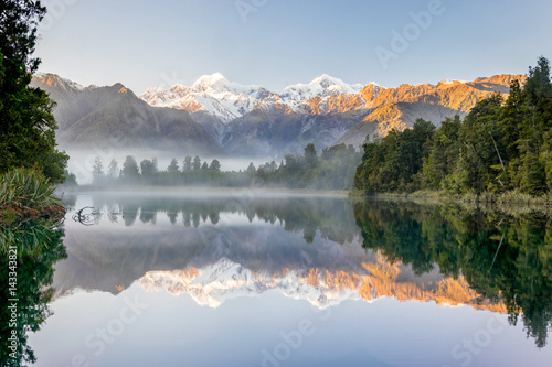 Foto auf AluDibond Reflexion Southern alps with Mount Cook and Mt. Tasman reflected in Lake Mathesson, New Zealand