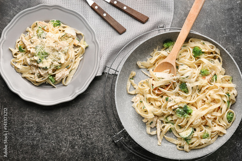 Photo Delicious Italian chicken Alfredo on table