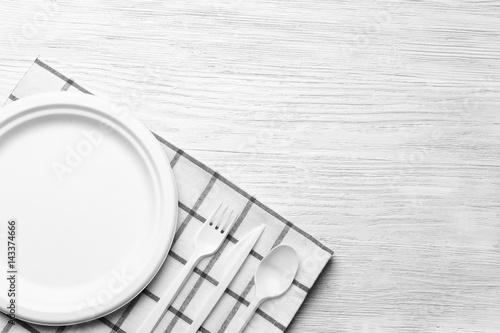 Stickers pour porte Pique-nique White plastic disposable tableware on wooden background