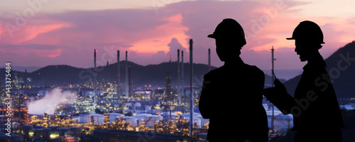 Fotografía  Silhouette engineers are standing orders The oil refining industry