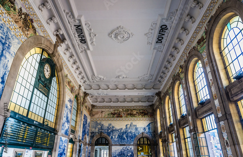Fotobehang Treinstation Main hall of Sao Bento railway station in Porto city in Portugal