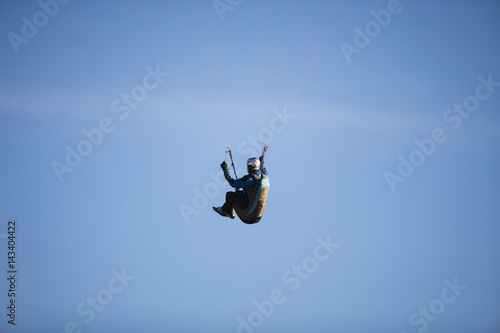 Tuinposter Luchtsport Paraglider flying over mountains.