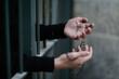 Hände mit Rosenkranz Kreuz katholisch hinter Gittern