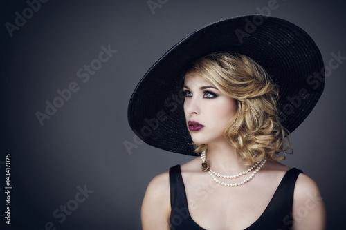 Photo Portrait d'une jeune femme avec un chapeau , de profil, le regard sur le coté