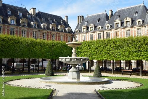 Jardin et fontaine à vasques de la place des Vosges à Paris, France Wallpaper Mural