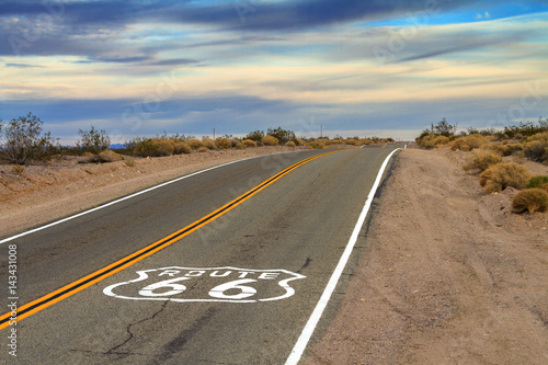 In de dag Route 66 Route 66 Desert Road with painted ground sign