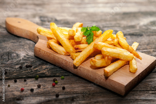 Photo  French fries on cutting board