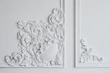 Biała listwa ścienna o geometrycznym kształcie i znikającym punkcie. Luksusowa biała ściana projekt płaskorzeźba z sztukateriami listwy rokoko - 143462654