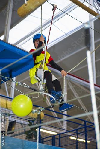 Foto op Plexiglas Alpinisme Niño entrenando deporte extremo de escalada y montañismo en unas instalaciones cerradas y seguras