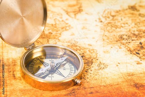 stara-zolta-mapa-i-piekny-kompas