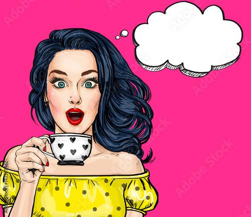 Zdjęcie XXL Zaskoczony młoda kobieta sexy z otwartymi ustami z cup.Comic kobieta. Zdziwione kobiety. Dziewczyna pop-artu. l