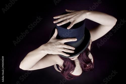 Femme Glamour avec corset et chapeau