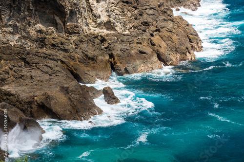Papiers peints Bleu vert Azure ocean breaks on the rocks