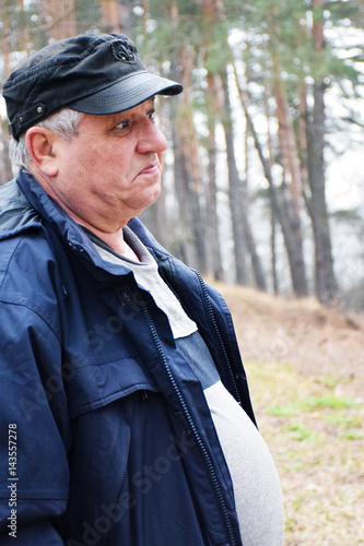 Old caucasian man in the forest Canvas-taulu