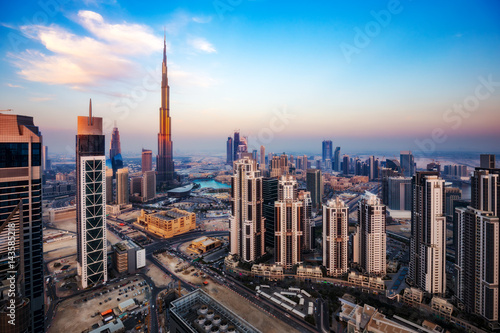 Photo sur Aluminium Moyen-Orient Spectacular aerial view of Dubai, UAE, at sunset. Colourful skyline of a big modern city. Travel background.