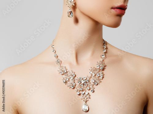 Elegant woman with jewelry Fototapeta