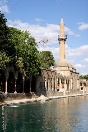 Foto  Halil Rahman Cami on Birket Ibrahim ( the pool of Abraham) in Sanliurfa,  Turkey