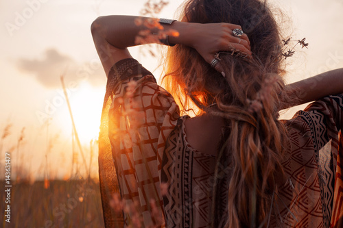 Photo  close up of beautiful young woman at sunset