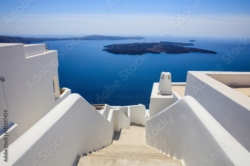 La pose en embrasure Santorini Whitewashed roofs and stairs in Santorini, Greece