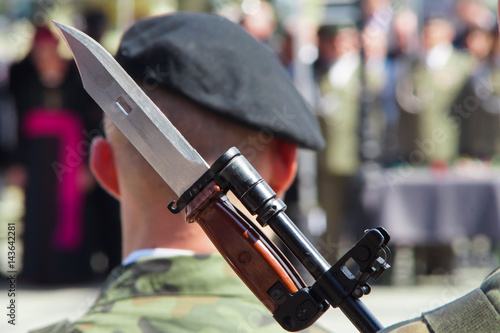 Bayonet on rifle Polish soldiers during the ceremony Fototapete
