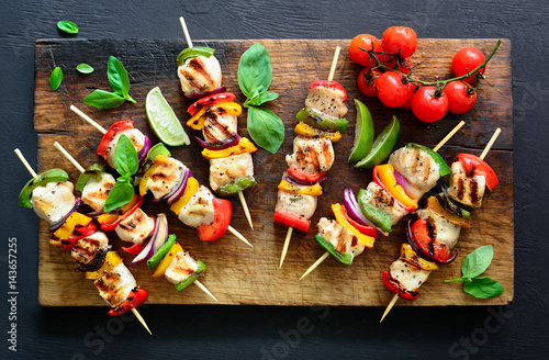 Fotomural  Meat and vegetables party skewers