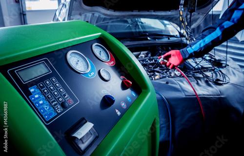 Zdjęcie XXL Serwisowanie klimatyzatora samochodowego. Stacja serwisowa.