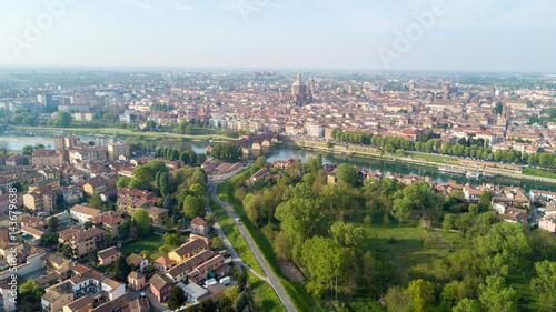 Foto op Aluminium Vista aerea di Pavia e del fiume Ticino, vista del Duomo di Pavia, Ponte Coperto e del Castello Visconteo. Lombardia, Italia