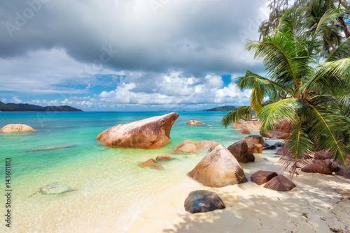 paradise-beach-na-tropikalnej-wyspie-na-seszelach-w-promieniach-slonca