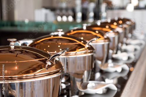 Fotografía  heating trays on the buffet line ready for service