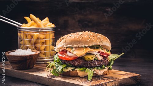 Burger with fries on wooden Fototapet