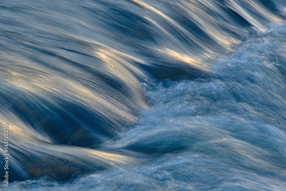 Fototapety, obrazy: Fließendes Wasser mit Lichtreflexion
