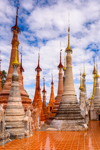 In de dag Bedehuis Shwe Indein Pagoda, a group of Buddhist pagodas in the village of Indein, near Ywama and Inlay Lake in Shan State, Burma