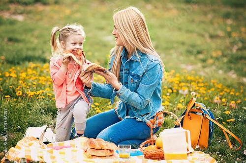 Zdjęcie XXL Mama i córka korzystających piknik w parku