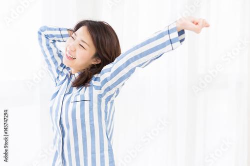 パジャマを着た女性 Wallpaper Mural