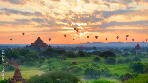фотография  Bagan, Myanmar - sunrise over the many ancient pagodas with hot air balloons pas