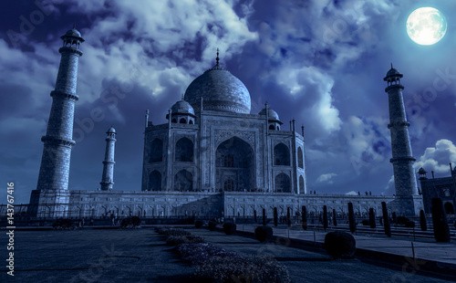 Poster Artistique Taj Mahal Agra in moon light effect. Taj Mahal is a white marble mausoleum built by Mughal emperor Shah Jahan on the banks of river Yamuna. A UNESCO World heritage site.