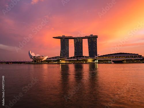 夕日に輝くシンガポール・マリーナベイサンズホテル Poster