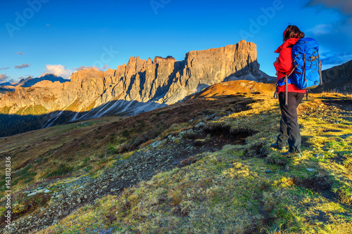 Poster Kaki Sporty hiker woman with backpack on top of a mountain