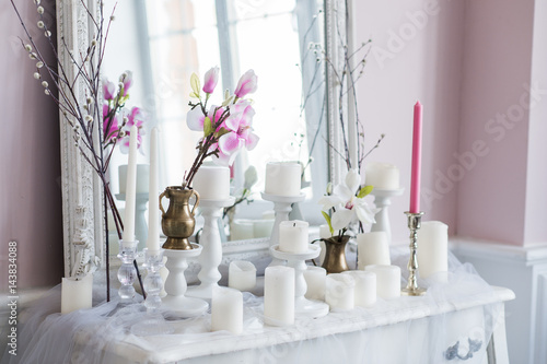 Foto-Rollo - Shabby chic home design. Beautiful decoration table with a candles, flowers in front of a mirror (von romankosolapov)