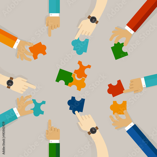 Foto  team work hand holding pieces of jigsaw puzzle try to solve problem together